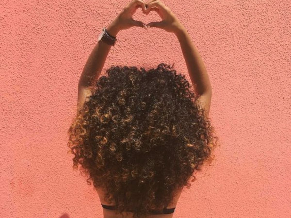 como-finalizar-cabelo-cacheado-volume-denifincao