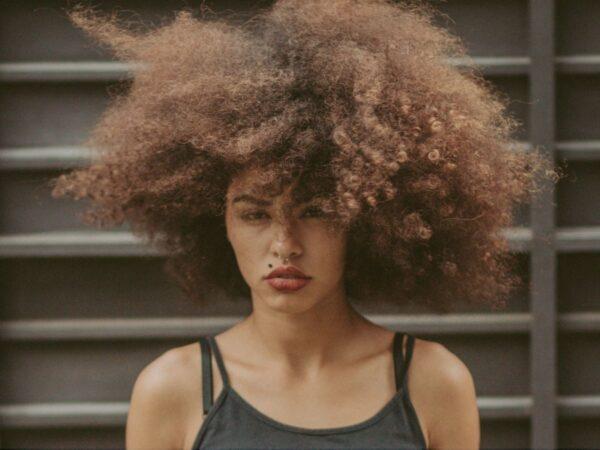 RECONSTRUÇÃO CAPILAR CASEIRA: Como recuperar cabelos cacheados destruídos